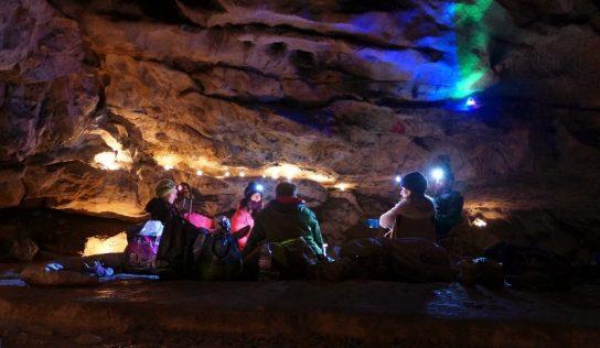 Cet été, bivouaquez dans une grotte !